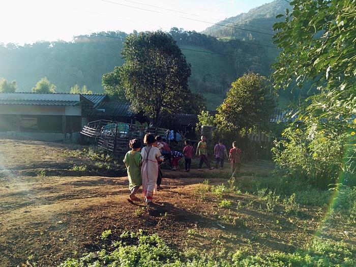 เด็กๆเดินทางไปโรงเรียนตอนเช้า